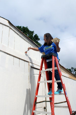 U.S. Silica volunteers help fix up Habitat house