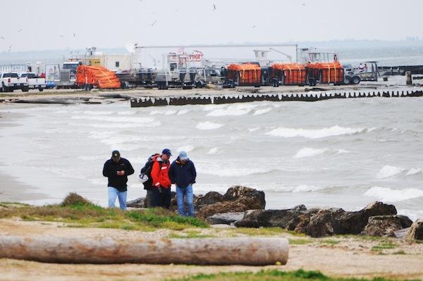 Barge leak cleanup resumes near Texas City Dike