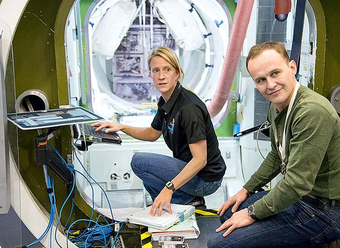 Astronaut, cosmonaut participate in training session