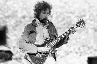 <p>Bob Dylan performing at Kezar Stadium in San Francisco, March 23, 1975. (Alvan Meyerowitz/Michael Ochs Archives/Getty Images)</p>