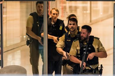 <p>Police officers respond to a shooting at the Olympia Einkaufzentrum (OEZ) in Munich, Germany, today (July 22), near the site of the 1972 Munich Olympics.</p>