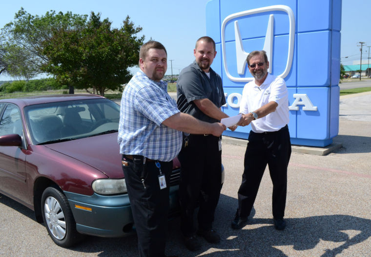Cleo Bay Honda donates car to KISD Career Center
