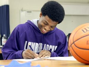 Scott Signs With SFA