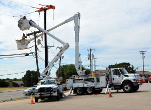 Oncor crews work on powerlines