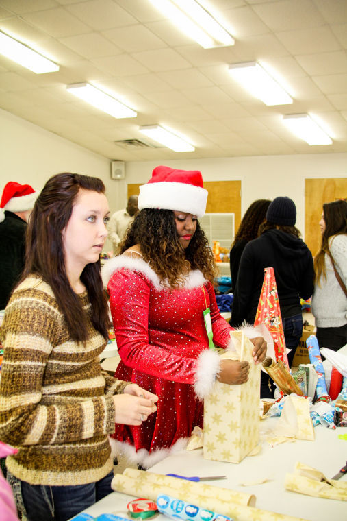 Shoppers snag bargains, benefit charity