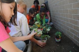 Duncan students plant garden