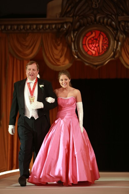 Suzanne Elizabeth Knapp, daughter of Mr. and Mrs. George Knapp III, escorted by James Howe IV