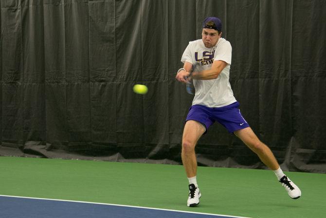 LSU men's and women's tennis team split weekend matchups