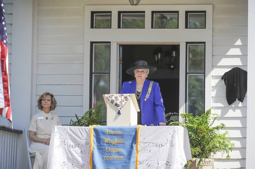 Colonial dames dedicate plaque at the warren house news for The warren house