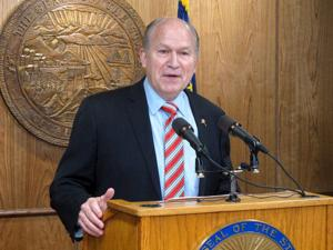 Alaska governor offers help in brokering fiscal fix