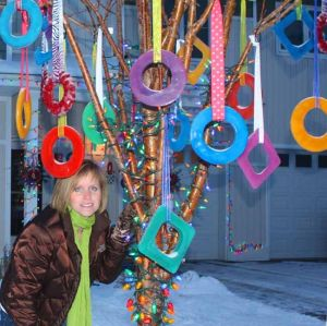 Alaska woman creates ornaments with abundant material: ice