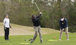 Former Auburn golf coach gives student veterans golf lessons ahead of tournament