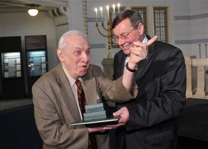 Holocaust historian returning award to Hungary