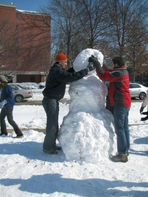 Dundee Garden snowman-building event draws a crowd