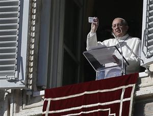 Pope jokes he's a pharmacist, prescribing prayers