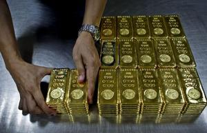 Gold's slide persists as investors seek 'clarity' from Fed