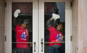 More than 800 volunteers pitch in during United Way's Day of Caring