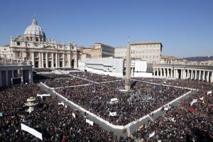 Pope's last days: Huge crowd for final appearance