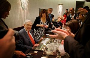 Warren Buffett works another lucrative shift at Borsheims