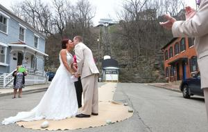 Iowa couple's wedding is a traffic-stopper