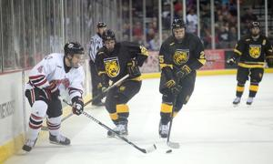 Mavericks sweep Colorado College to grab WCHA lead