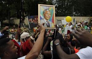 'Rainbow Nation' mourners swarm Mandela's mansion