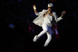Bieber fans storm Westroads ahead of concert