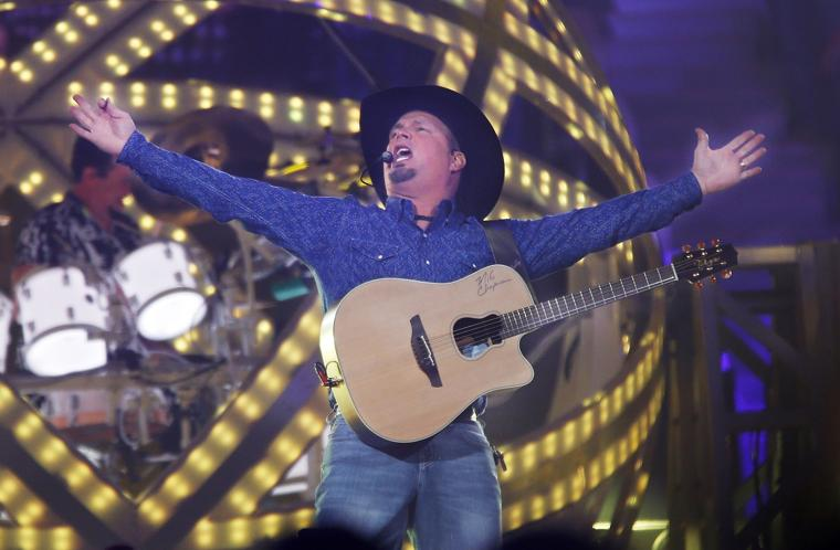 Music review garth brooks world tour with trisha yearwood for Garth brooks trisha yearwood songs