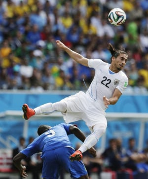 Ugliness reigns as Uruguay edges 10-man Italy 1-0