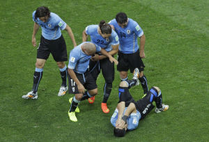 Suarez gives Uruguay 2-1 win over England