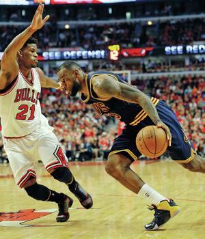 James struggles, Cavaliers still advance past Bulls 94-73