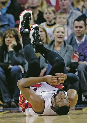 Heat lose Wade to knee injury, fall 114-88 to Cavaliers