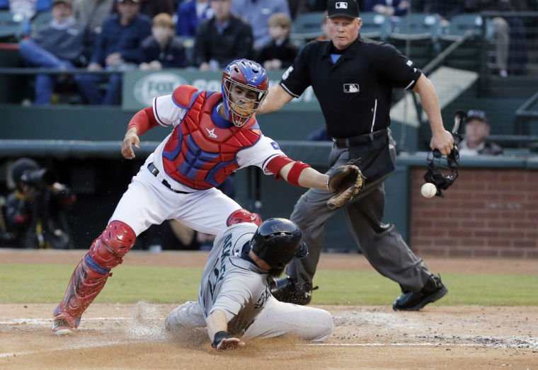 Rangers rally for 2 in 9th to beat Mariners 3-2