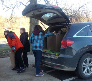 Le Sueur-Henderson Hilltop Elementary Peacemakers make donation to food shelf