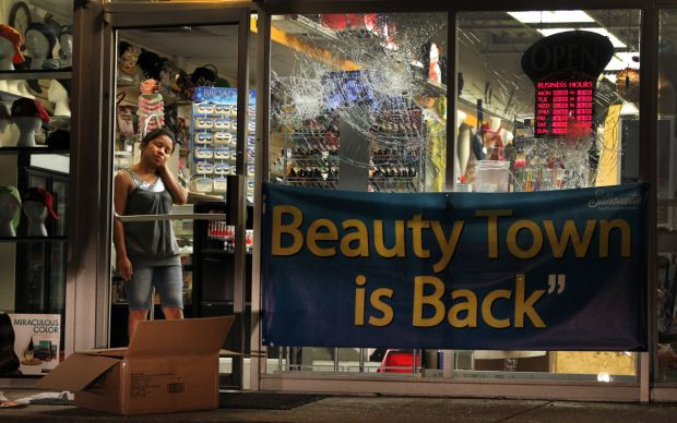 Looting resumes in Ferguson