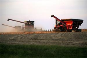 Bankers see farm income continuing to drop