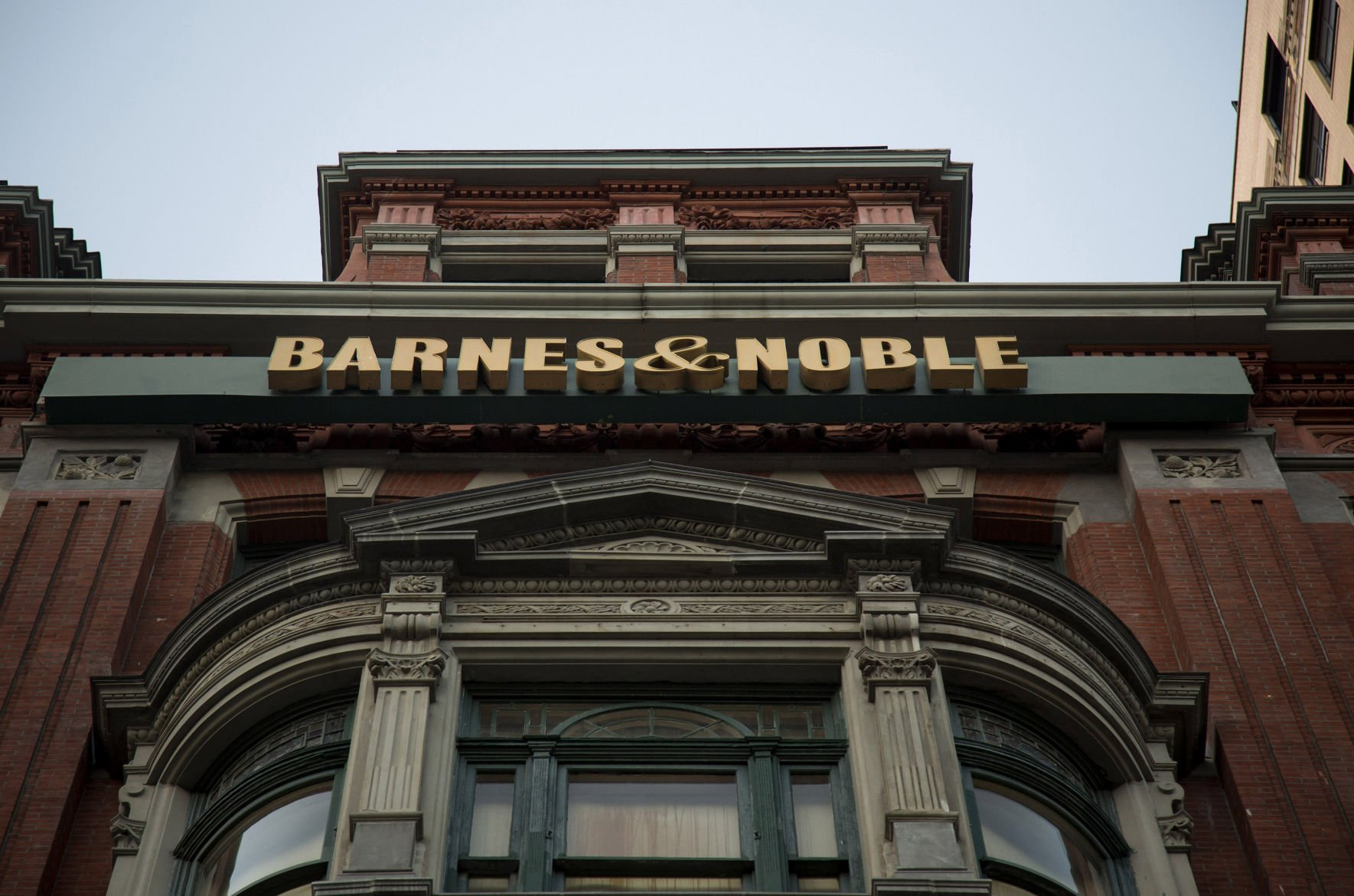 Barnes & Noble can't shake off sluggish sales trend