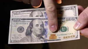 Video: How to spot counterfeit money