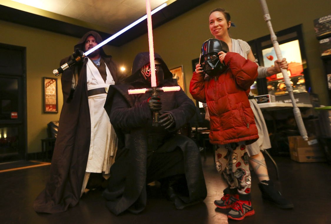 Amc Theater Dubuque Local 39star Wars39 Fans Flock To 39the Force Awakens39 Dubuque News