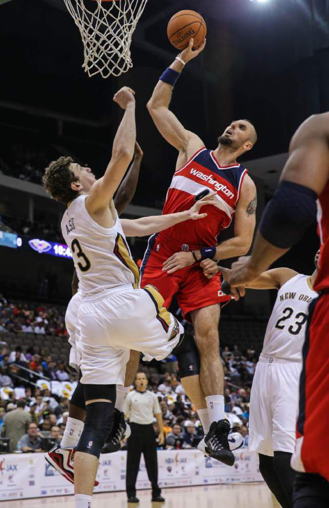 Center stage: Pelicans' Omer Asik squares with Rockets' Dwight Howard _lowres