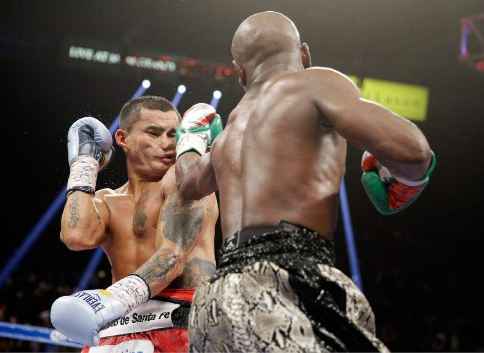 Floyd Mayweather tops Marcos Maidana to remain unbeaten _lowres