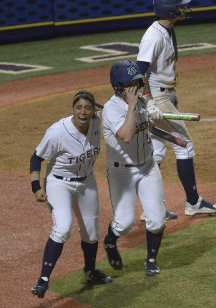 Auburn rallies in 7th, prevails 6-5 in 9 innings to win SEC softball title at Tiger Park _lowres