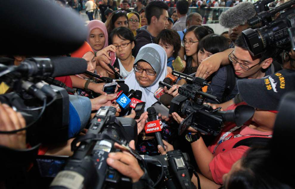 Oil slicks found in hunt for missing Malaysia jet _lowres