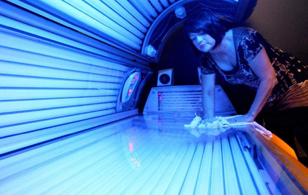 Gov't warns against indoor tanning for minors _lowres