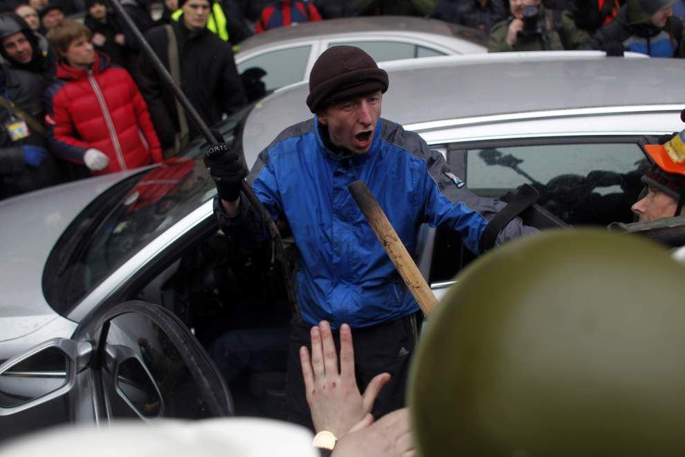 Ukraine: East-west tensions; protesters take Kiev _lowres