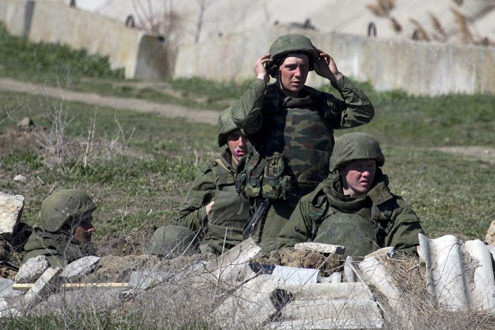Ukraine says top commander held after base stormed _lowres