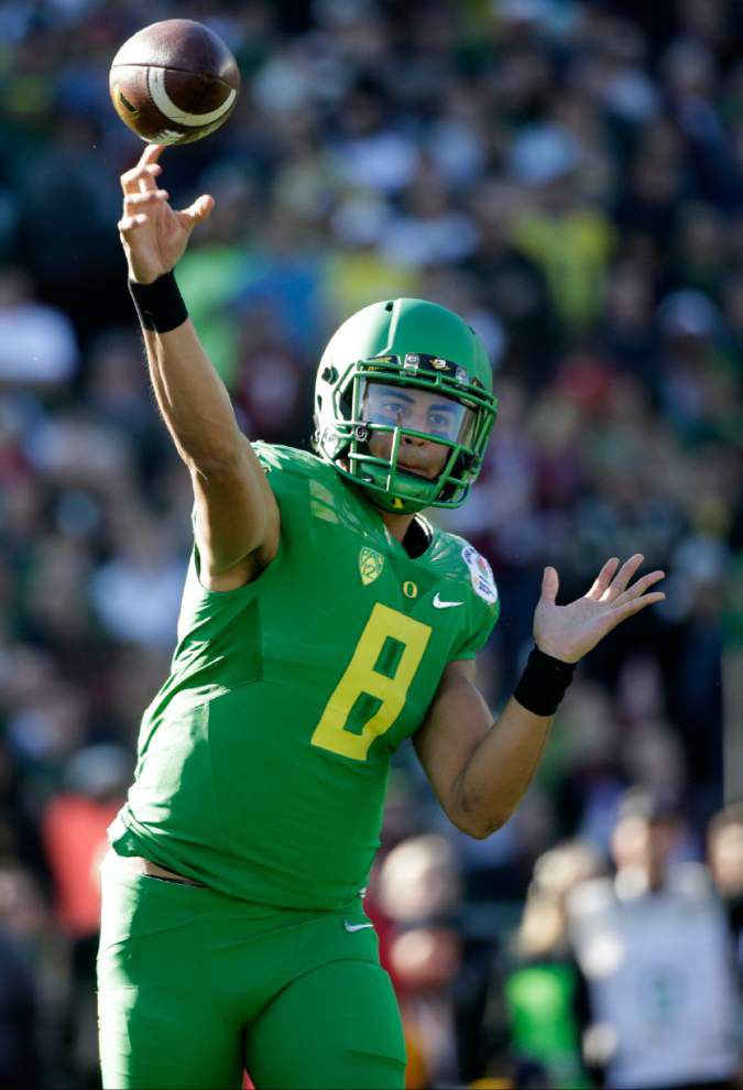 Oregon quarterback Marcus Mariota wins the Manning Award _lowres