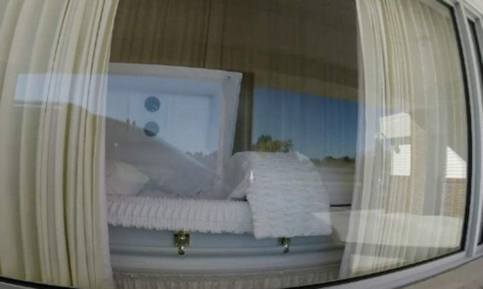 Michigan funeral home offers drive-thru viewings _lowres