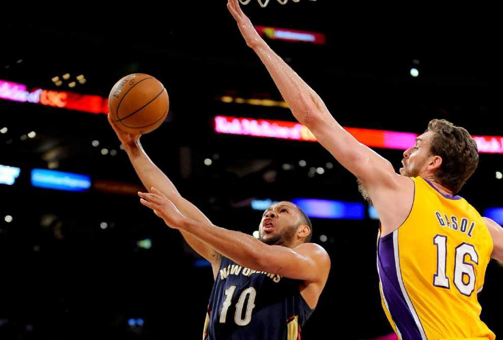 Pelicans top Lakers to stop losing streak at 8 _lowres