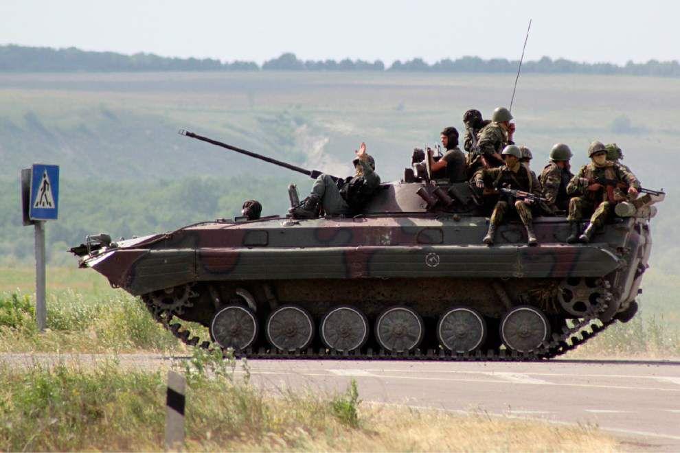 Ukraine launches air strikes against gunmen _lowres
